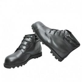 Bota en cuero, color negro con punta de acero, producto nacional.